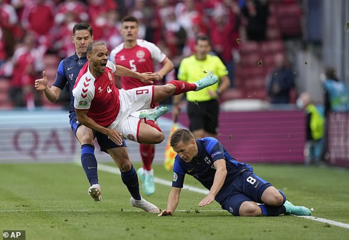 Cầu thủ Phần Lan chủ động chơi rắn để ngăn cản các đợt lên bóng của đội chủ nhà. (Ảnh: AP).