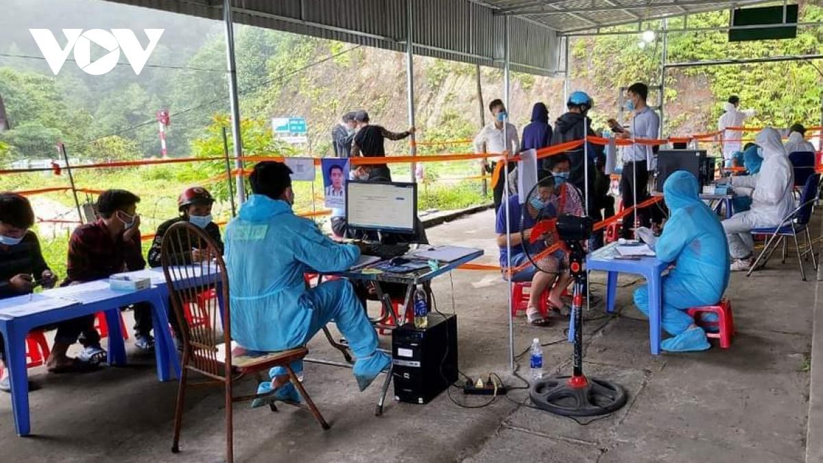 Hành khách khi vào địa bàn Lai Châu được quản lý chặt chẽ và thực hiện khai báo y tế trên phần mềm truy vết.