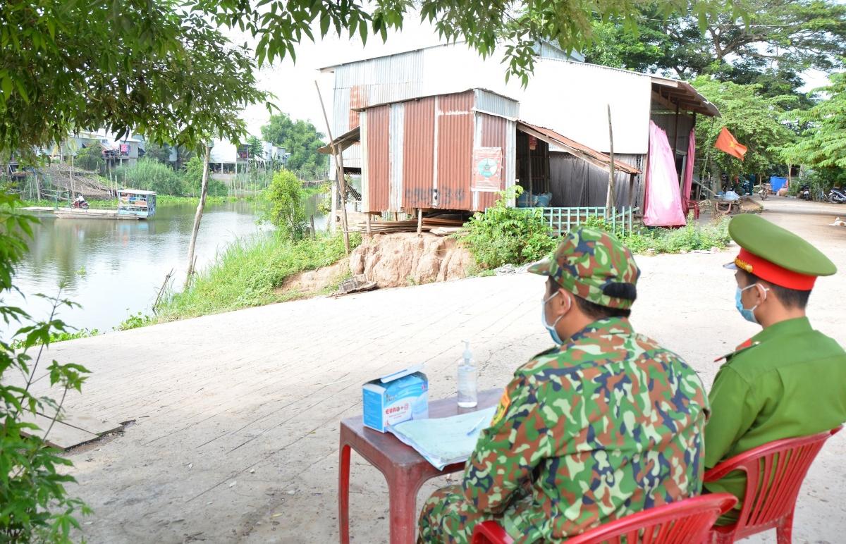 Cán bộ chiến sĩ Đồn Biên phòng cửa khẩu Long Bình trực tại một điểm bến đò ngang sông khu vực biên giới.