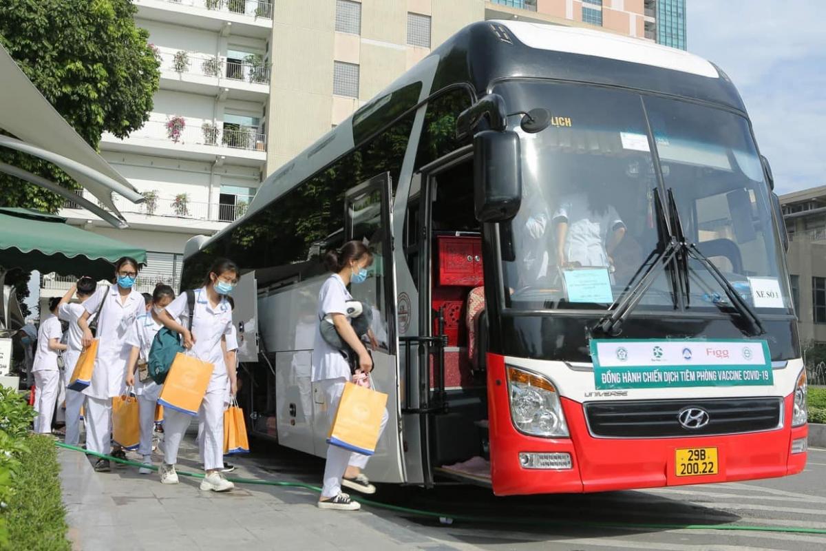 Sinh viên tình nguyện Trường Cao đẳng Y tế Bạch Mai lên đường tới Bắc Giang và Bắc Ninh.