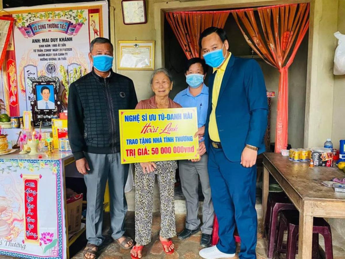 Đoàn từ thiện Hoài Linh tặng tiền xây nhà cho bà con tỉnh Quảng Nam. (Ảnh: X.Đ/Tuổi Trẻ)