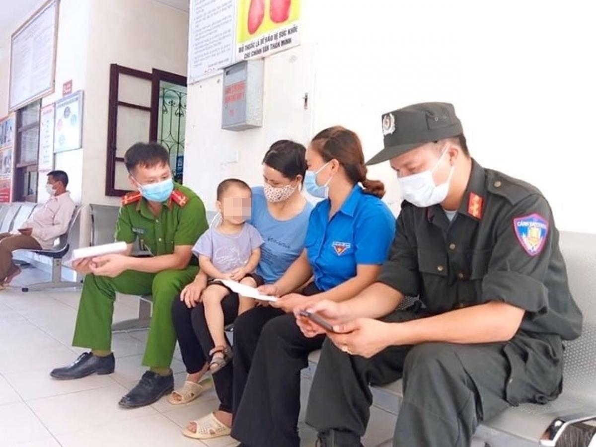 Thượng úy Lê Bá Tứ và Thượng úy Đỗ Nam Duy chuẩn bị hiến máu cứu các cháu bé bị bệnh tan máu bẩm sinh.