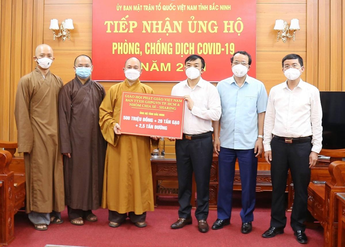 Thượng tọa Thích Đức Thiện- Phó Chủ tịch, Tổng Thư ký HĐTS GHPGVN trao phần quà ủng hộ hai tỉnh Bắc Giang và Bắc Ninh phòng chống dịch COVID-19.