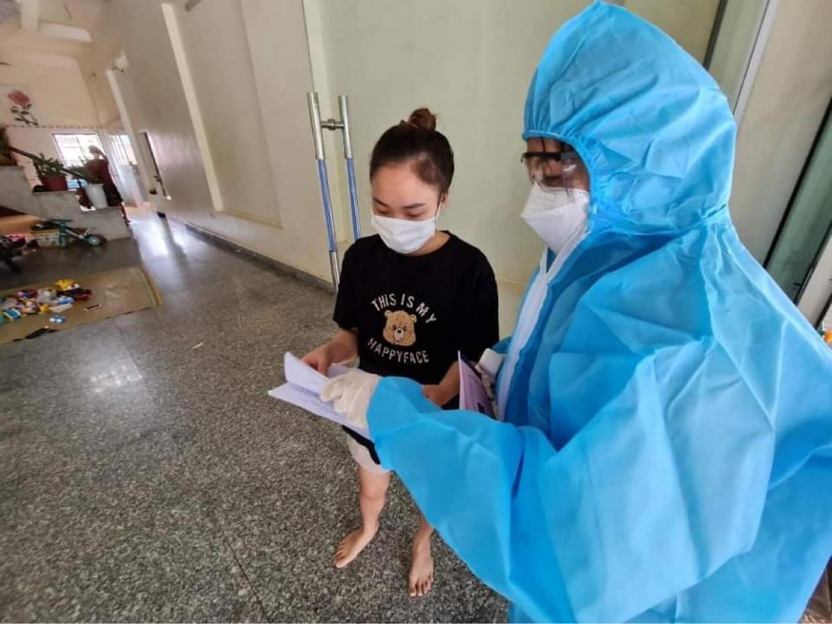 Một cán bộ thuộc Tổ COVID-19 cộng đồng tại huyện Lục Nam đi kiểm tra thông tin tới từng người dân.