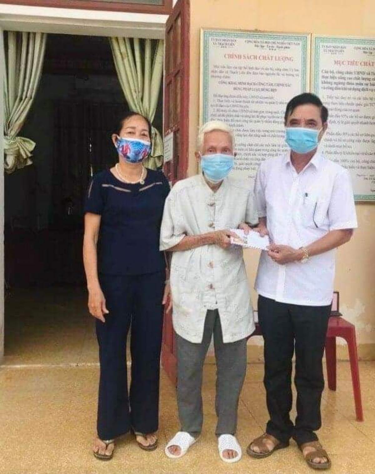 Cụ Lục trao tặng số tiền 10 triệu đồng ủng hộ Quỹ vaccine phòng, chống Covid-19.Ảnh: Khắc Mại.