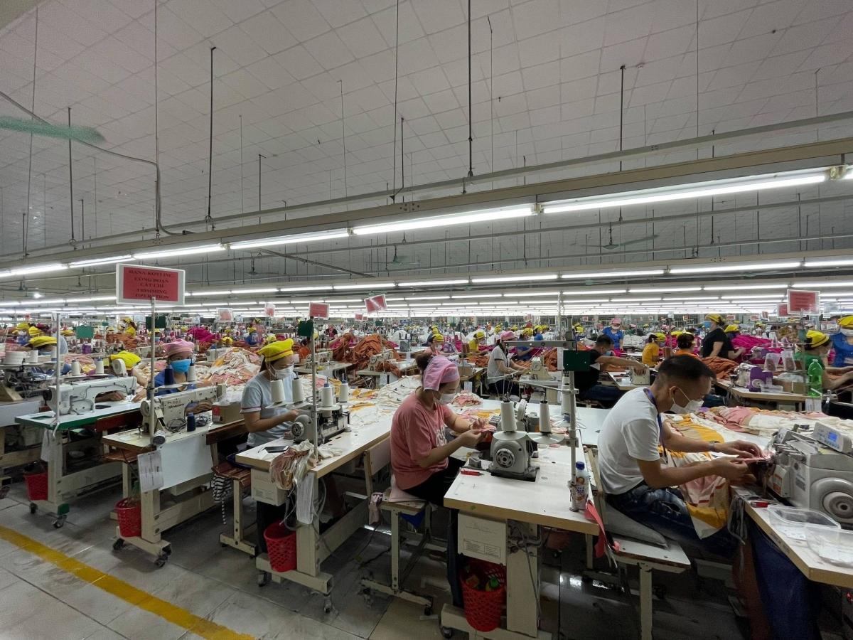 Các công nhân trở lại làm việc khi phân xưởng sản xuất đảm bảo an toàn chống dịch COVID-19.