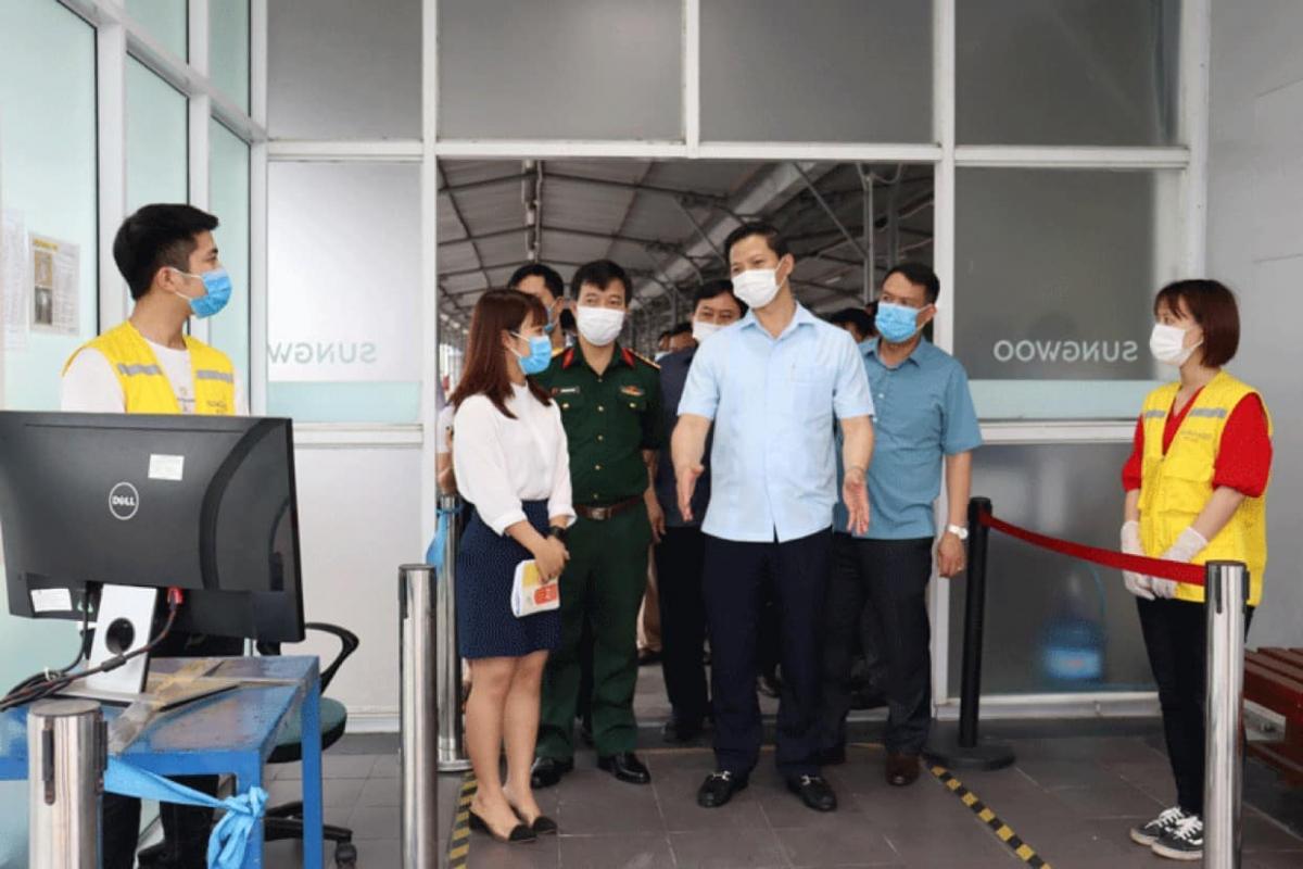 Phó Chủ tịch Thường trực UBND tỉnh Bắc Ninh Vương Quốc Tuấn kiểm tra chốt kiểm soát dịch COVID-19.