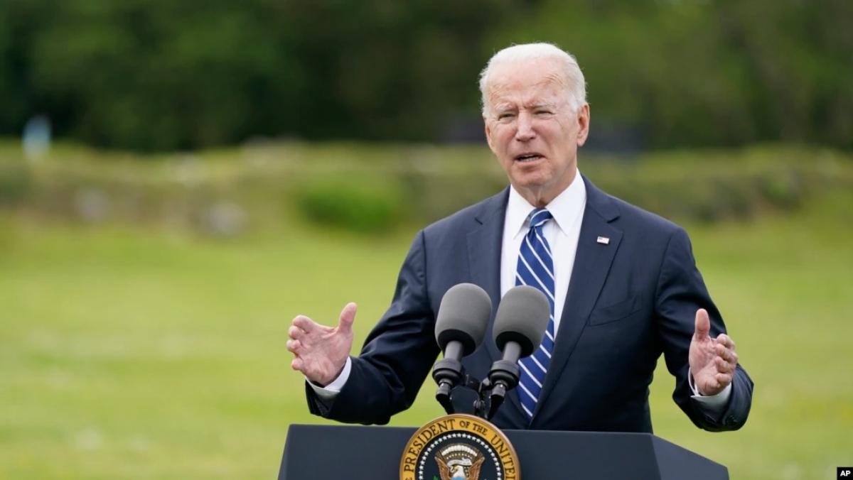 Tổng thống Joe Biden phát biểu trong chuyến thăm ngôi làng ven biển St. Ives ở Cornwall (Anh) ngày 10/6. Ảnh: AP