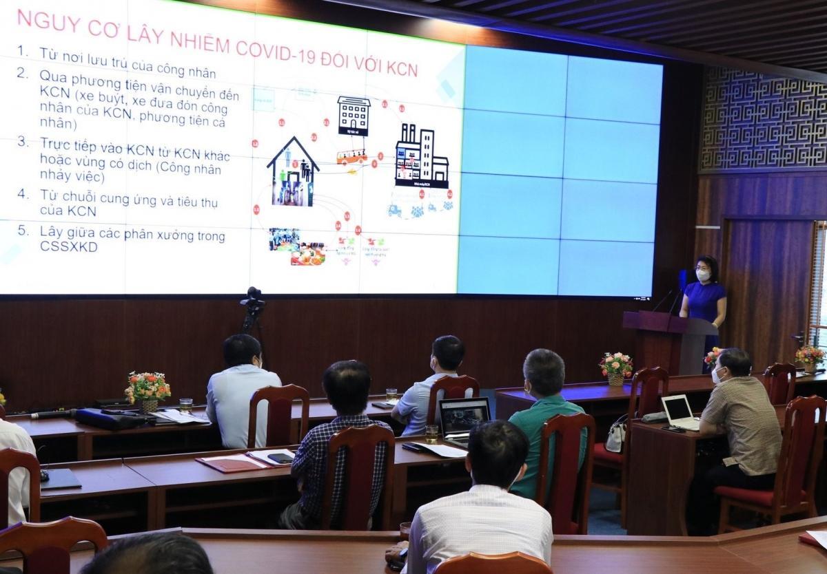 PGS.TS Lương Mai Anh, Phó Cục trưởng Cục Quản lý Môi trường Y tế tại buổi tập huấn trực tuyến phòng chống dịch COVID-19 cho doanh nghiệp tại KCN và CCN của tỉnh Bắc Ninh.