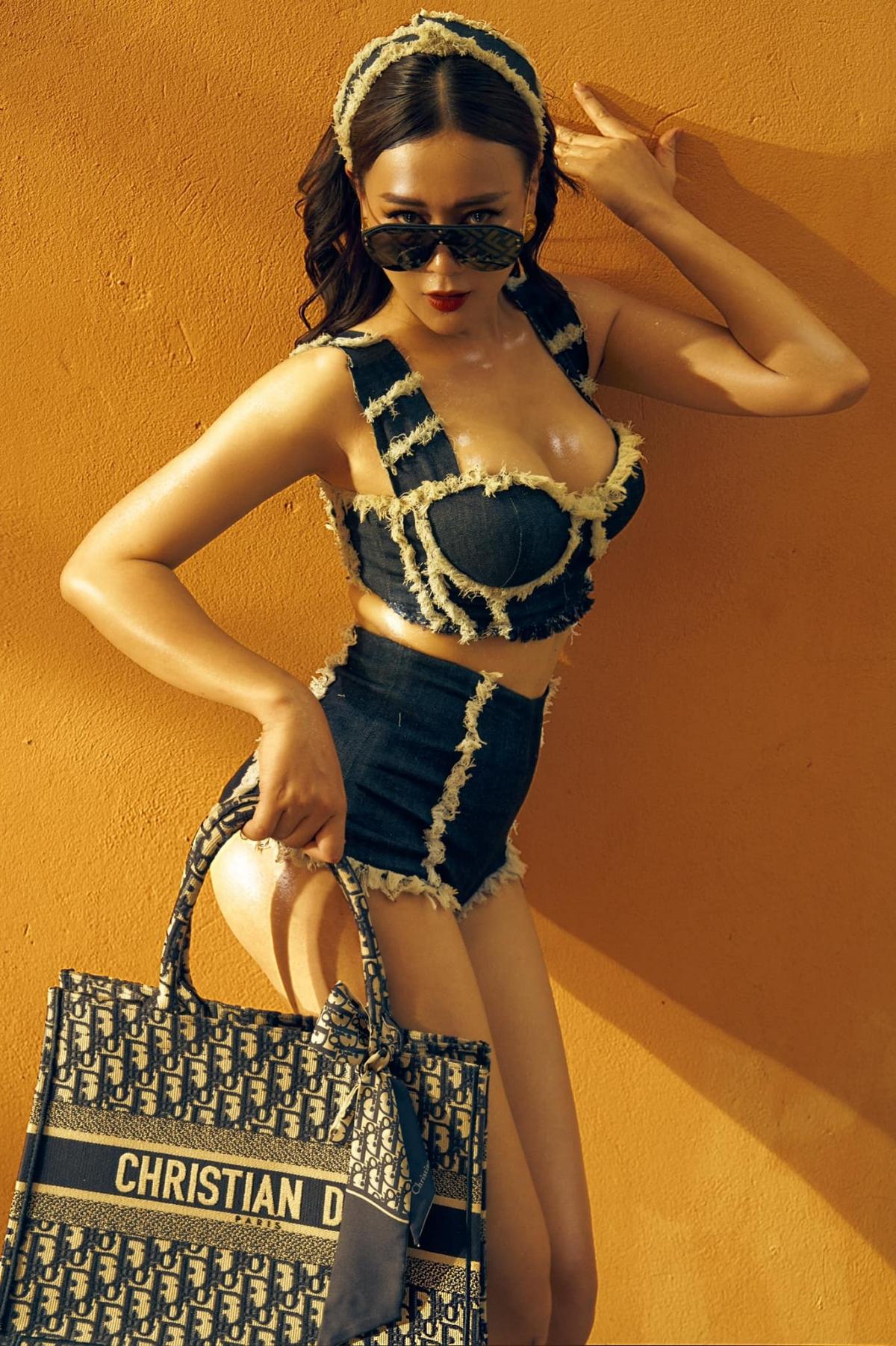 Người đẹp xách túi hiệu Dior, diện trang phục không thể ngắn hơn. Thân hình gợi cảm của cô nhận được nhiều lời khen của khán giả.