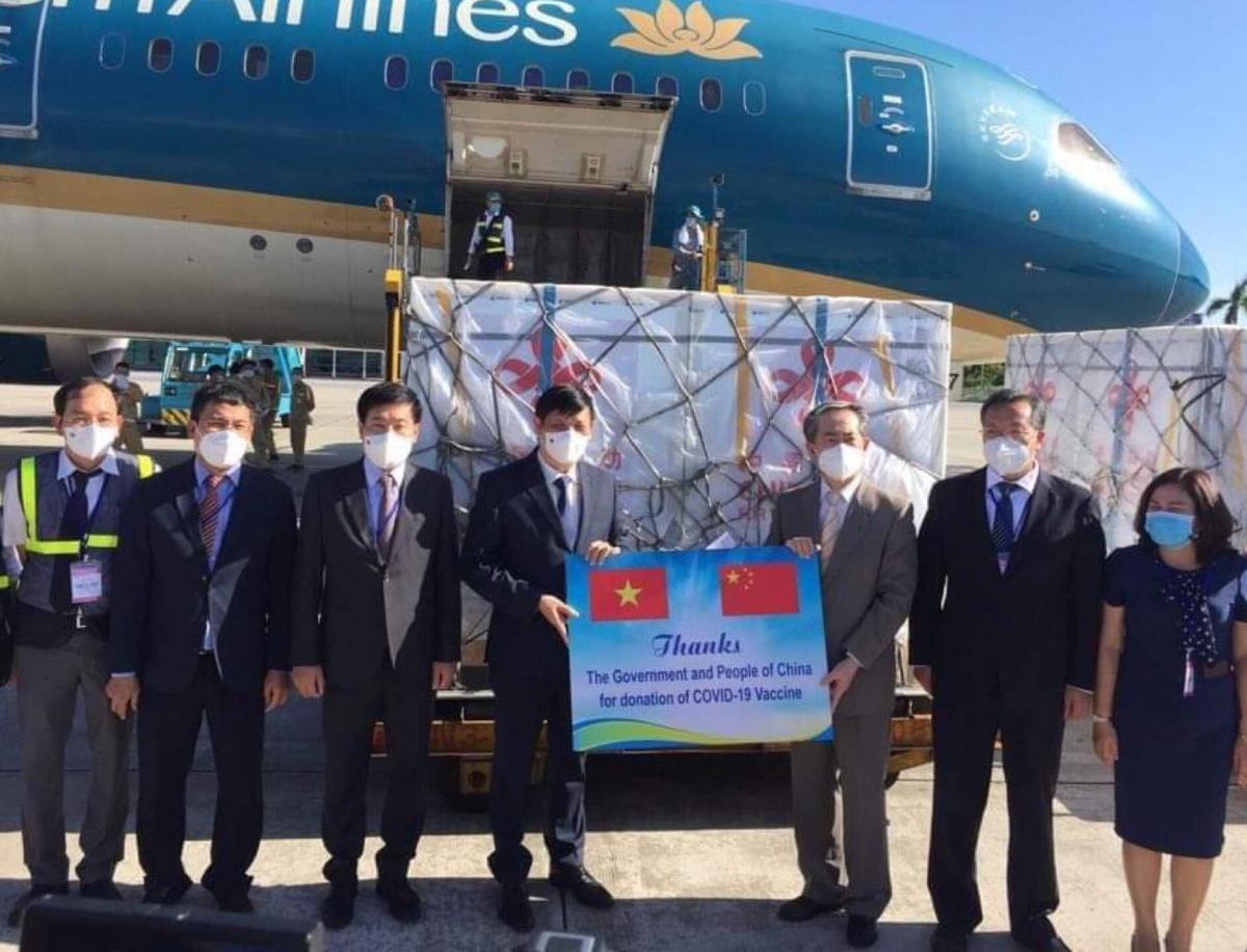 Ngài Hùng Ba, Đại sứ đặc mệnh toàn quyền nước CHND Trung Hoa trao lô hàng giúp đỡ Chính phủ và nhân dân Việt Nam phòng chống dịch. (Ảnh: Trần Minh)
