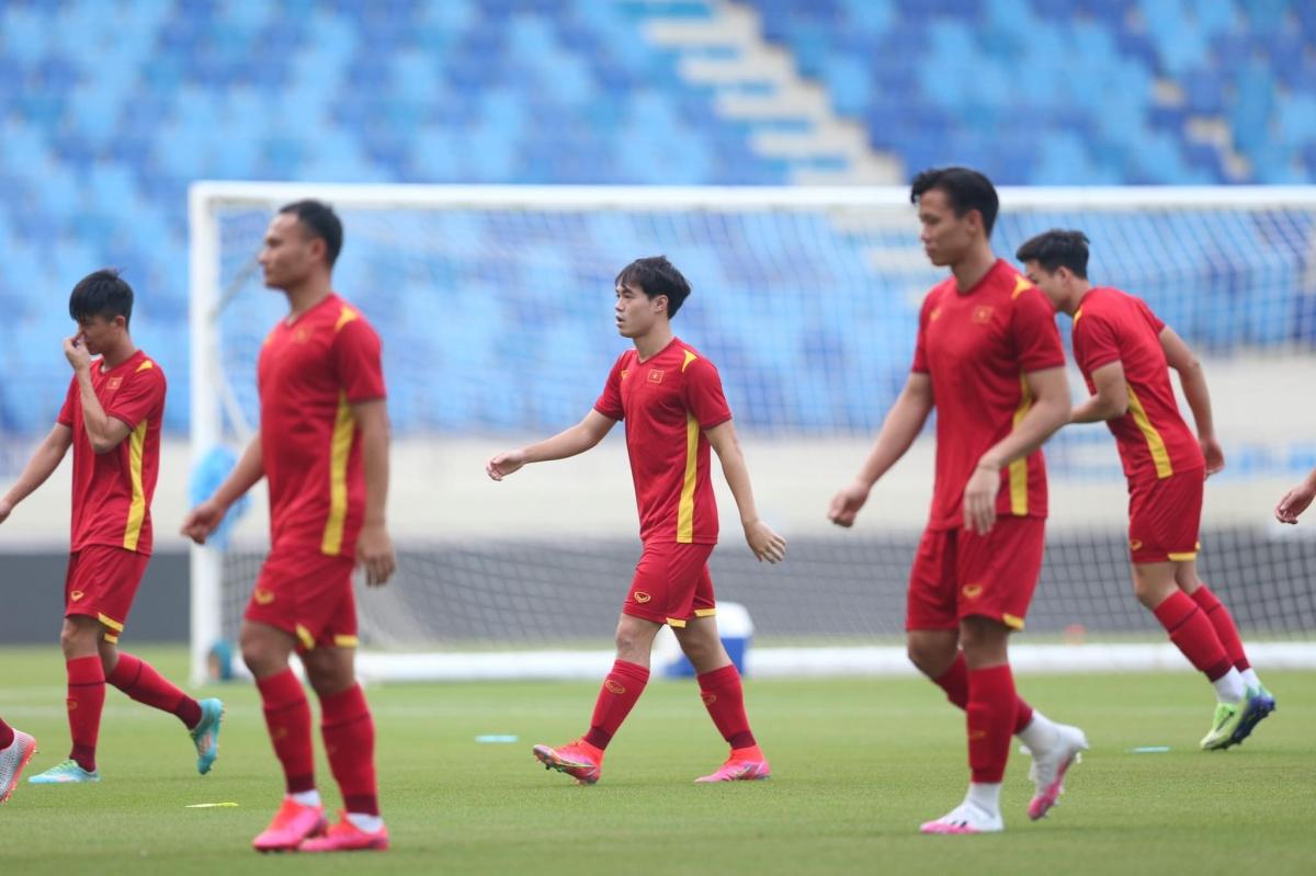 Văn Toàn xỏ giày tập luyện cùng toàn đội sau khi bị đau ở trận gặp Indonesia.