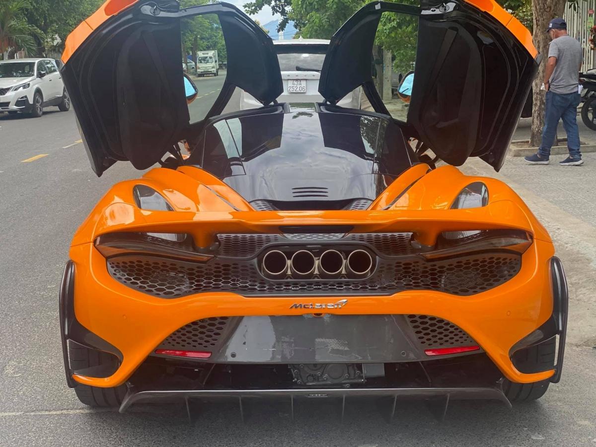 Ở bên trong, sự khác biệt đến từ bộ ghế khi chiếc xe này được trang bị ghế cố định của McLaren 675LT và P1 trước đây thay vì ghế của McLaren Senna.