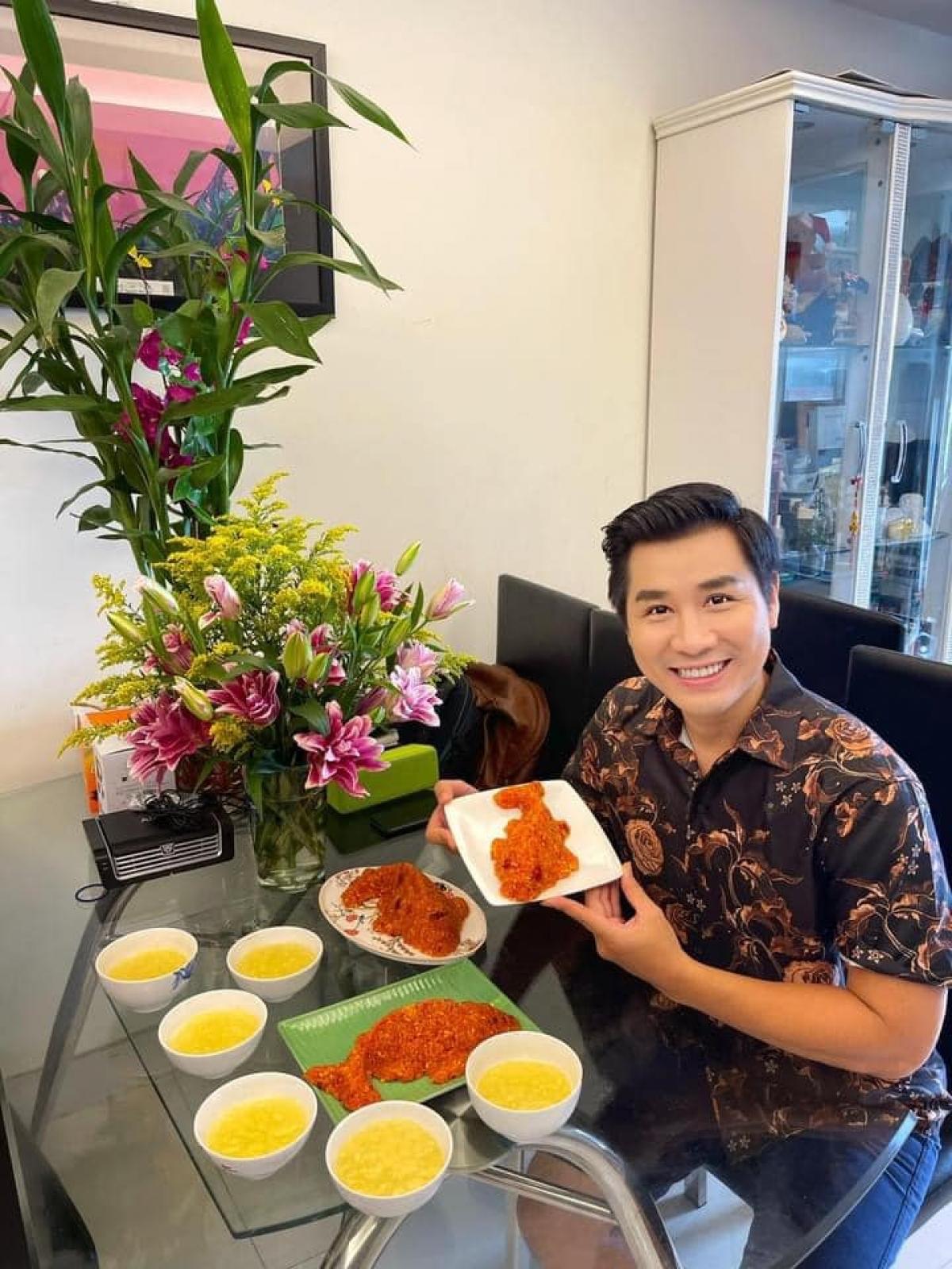 """MC Nguyên Khang hào hứng chia sẻ mâm cỗ cúng ngày Tết Đoan Ngọ. Anh vào bếp phụ giúp gia đình nấu xôi, chè, còn """"một số món đặc trưng như rượu nếp, bánh ú, trái cây... thì má đi chợ mua""""."""