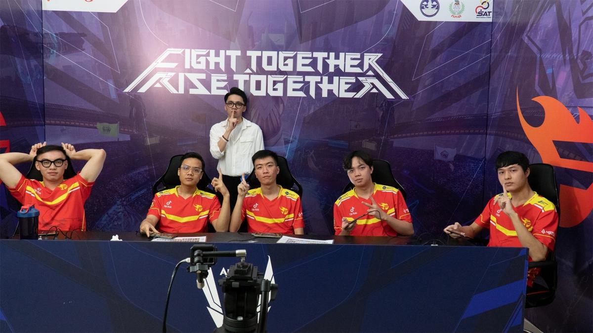 Team Flash chơi đầy quyết tâm trong màn đối đầu thượng đỉnh cùng MAD Team ở bảng A tử thần AWC 2021. (Ảnh: Team Flash).
