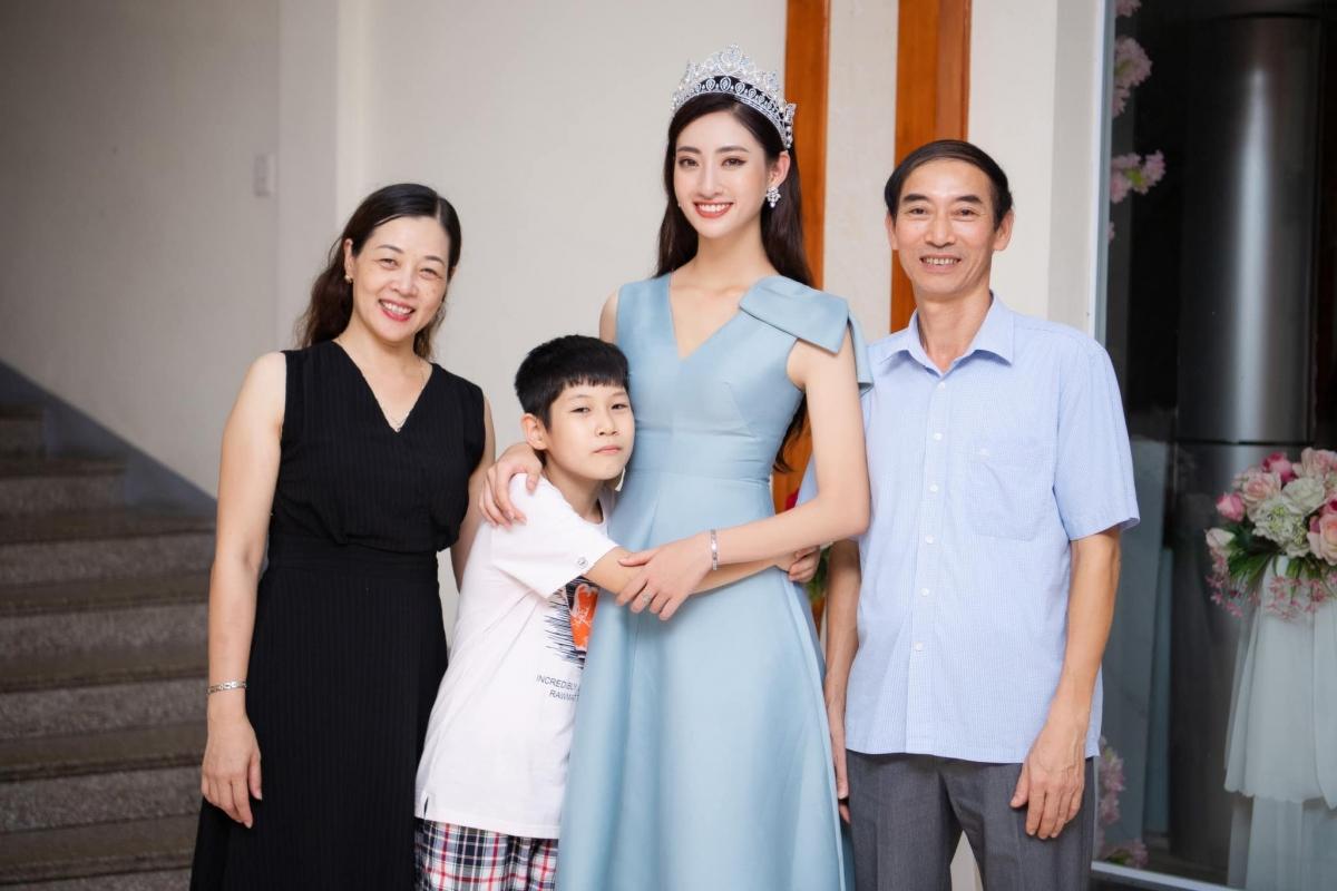 Hoa hậu Lương Thuỳ Linh chia sẻ hình ảnh bên gia đình và cả những ngườiđồng hành với cô, yêu thương cô trong thời gian qua.