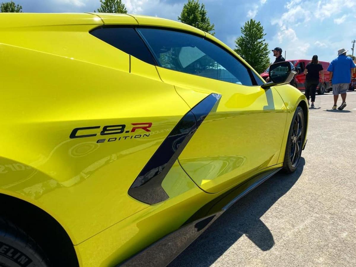 Giá bán của Corvette C8 2022 sẽ khởi điểm từ 62.915 USD (khoảng 1,45 tỷ đồng) cho bản Cope và 69.695 USD (khoảng 1,6 tỷ đồng) cho bản Convertible, giá của gói IMSA GTLM Championship Edition là 6.595 USD (khoảng 152 triệu đồng).