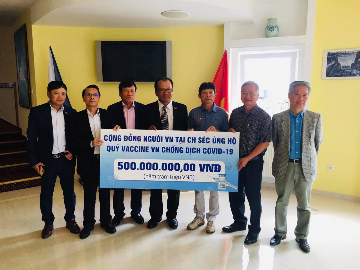 Hội người Việt Nam tại CH Séc trao tiền ủng hộ Quỹ Vaccine phòng, chống dịch COVID-19.