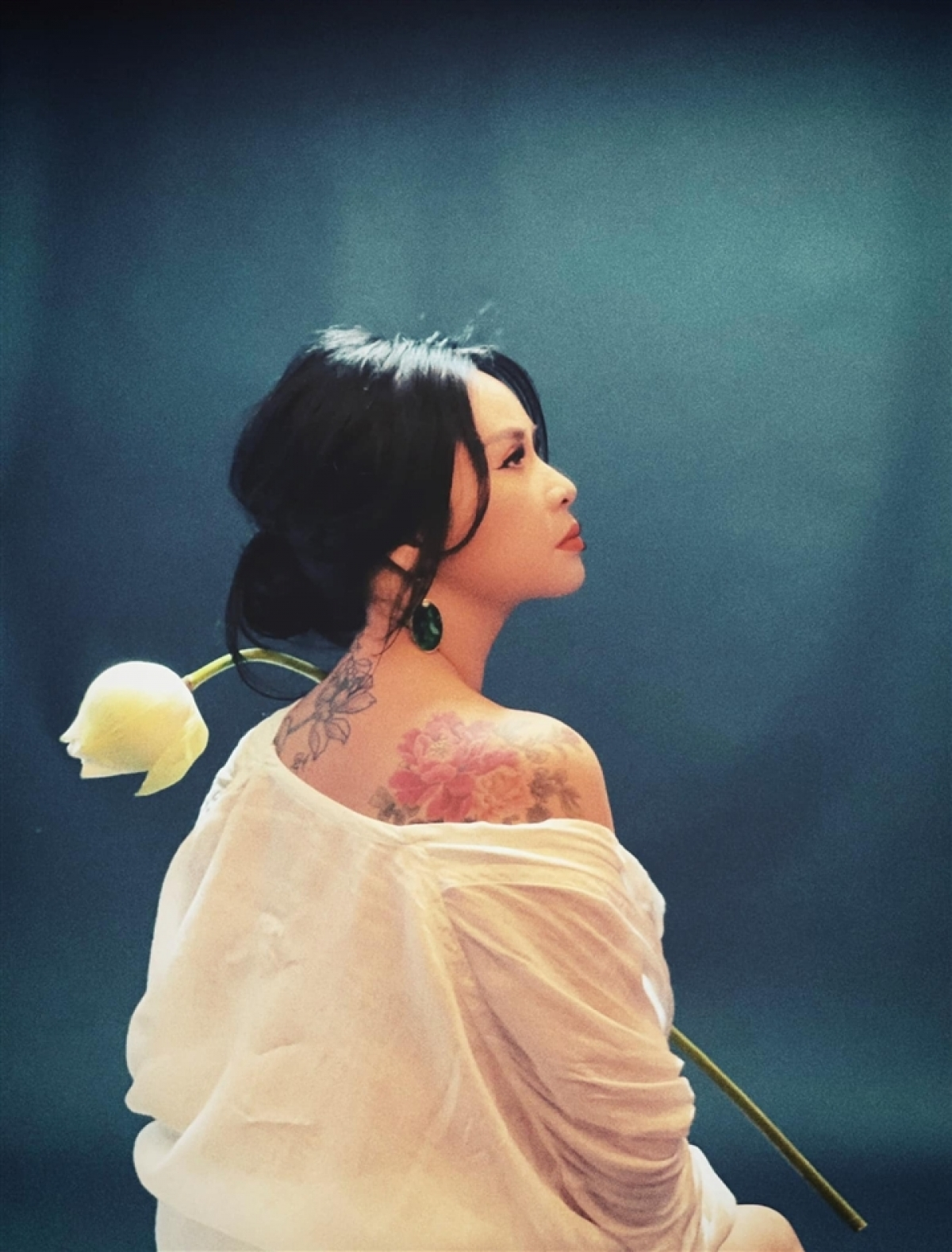 """Trong làng nhạc, ít ai xứng đáng hơn Thanh Lam với danh xưng """"người đàn bà đẹp"""". Ở tuổi 52, nhan sắc của chị vẫn chín mọng và tràn đầy sức sống, cộng thêm nét đằm thắm của trải nghiệm và cảm xúc tích lũy qua tháng năm."""