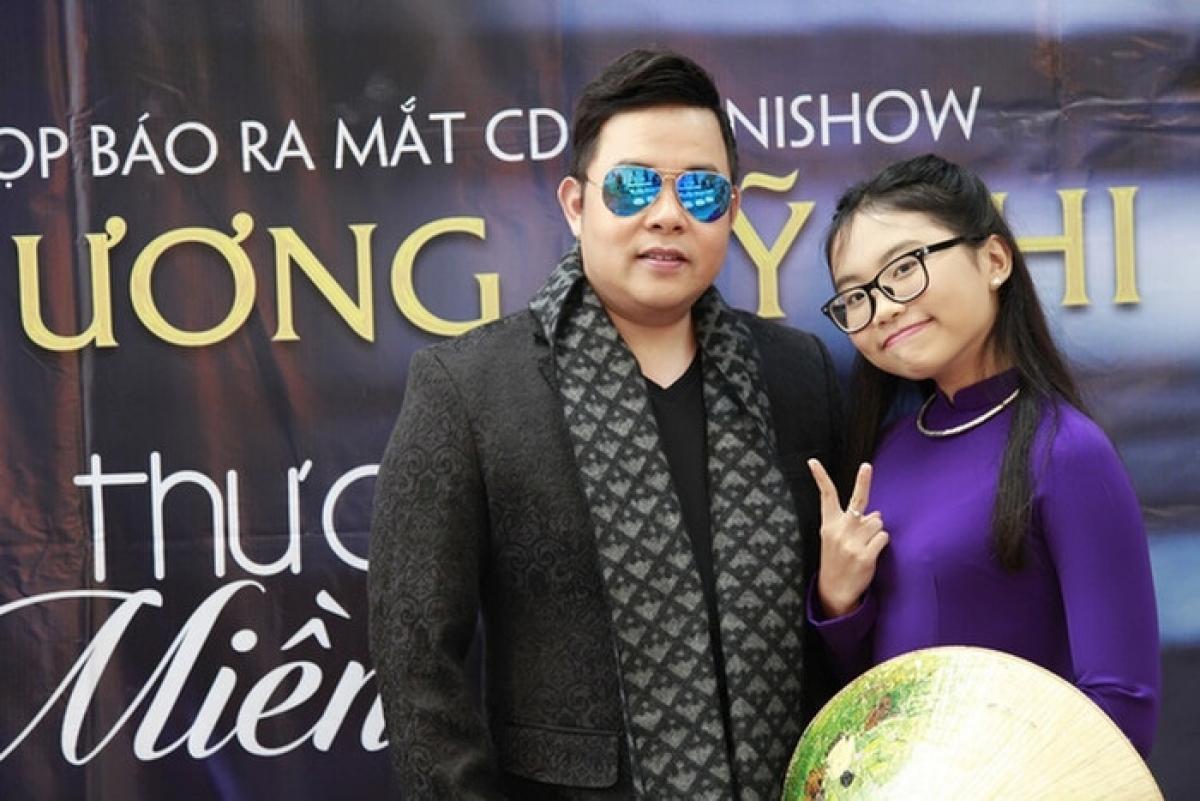 Sau khi đoạt vị trí Á quân The Voice Kids 2013, Mỹ Chi được Quang Lê nhận nuôi và đỡ đầu trong suốt 7 năm.