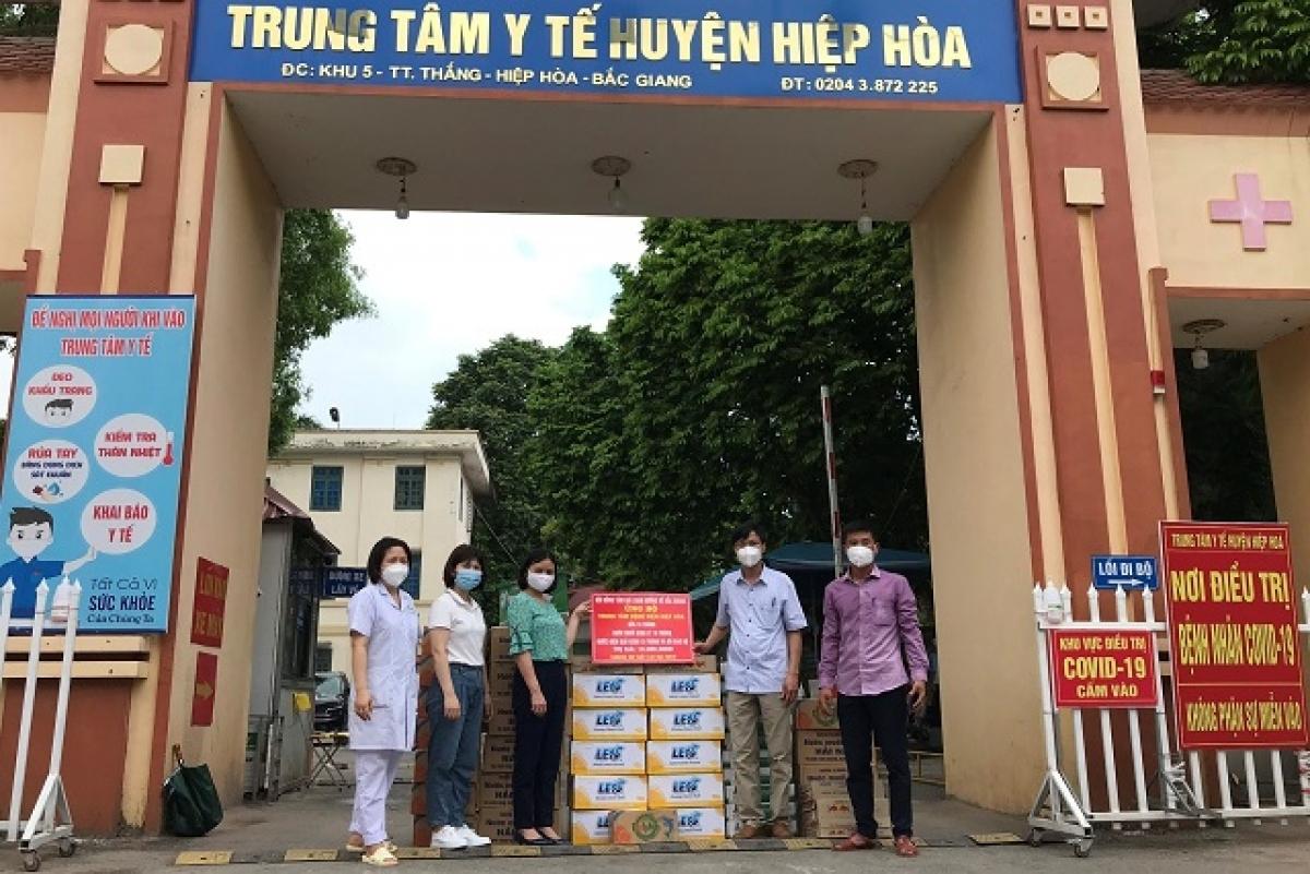 Các y, bác sỹ tại Trung tâm Y tế huyện đang điều trị hàng trăm bệnh nhân dương tính với SARS-CoV-2.