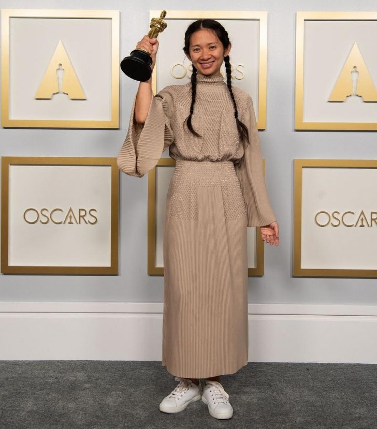 Nữ đạo diễn Chloé Zhao đã đếnlễ trao giải Oscar 2021 trong một chiếc váy Hermès - và đôi giày thể thao. Trong khi giày cao gót được coi là thích hợp cho một sự kiện như vậy. Tuy nhiên, việc phá vỡ quy tắc này củaChloé Zhao khá hợp lý vì phải mang giày cao gót trong một thời gian dài suốt buổi lễ là một cực hình thực sự.