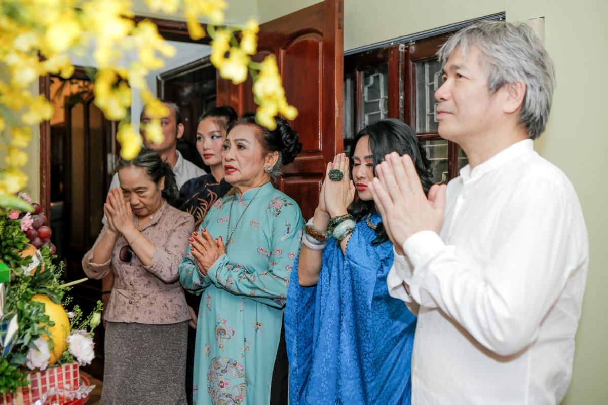 Mới đây, trên trang cá nhân, diva Thanh Lam đã chia sẻ những hình ảnh trong ngày đặc biệt- ngày dạm ngõ của cô và bạn trai bác sĩ.
