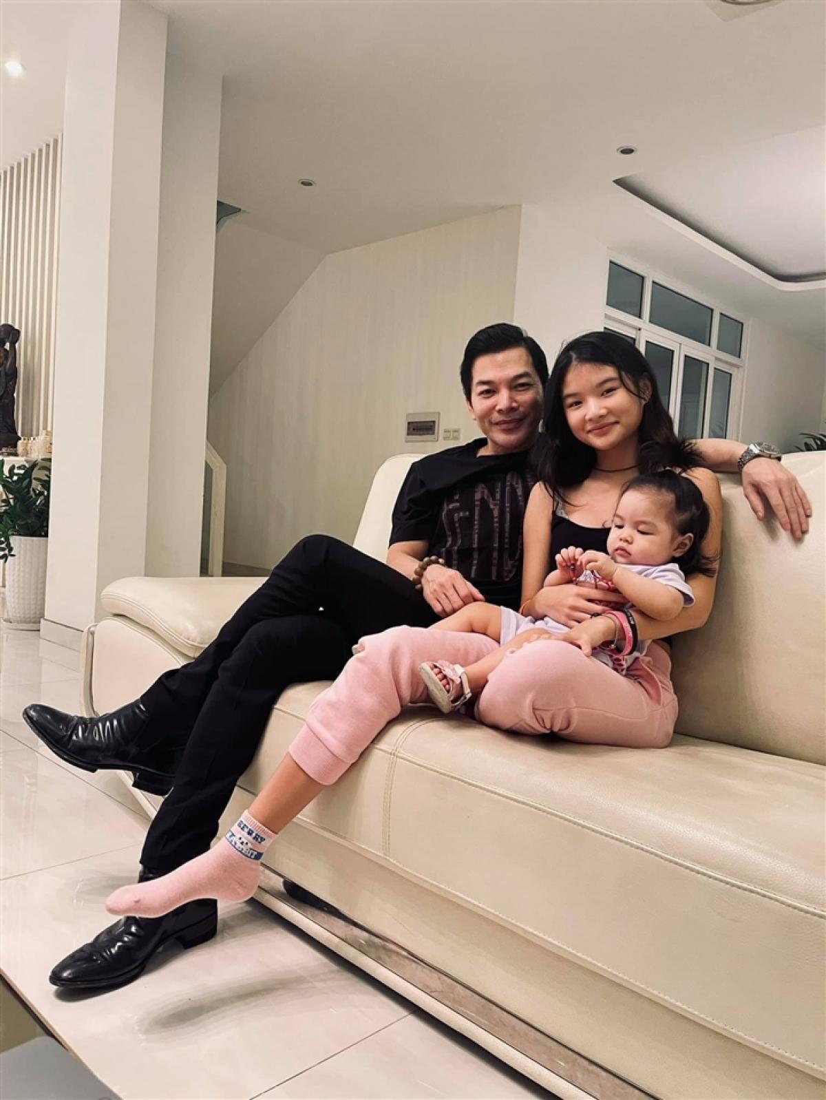 Diễn viên Trần Bảo Sơn mới đây hạnh phúc chia sẻ hình ảnh hai cô con gái của anh thân thiết bên nhau, công khai việc có con gái thứ 2. Trước đó, anh có một con chung với nữ diễn viên Trương Ngọc Ánh, tên là Devon Trần.