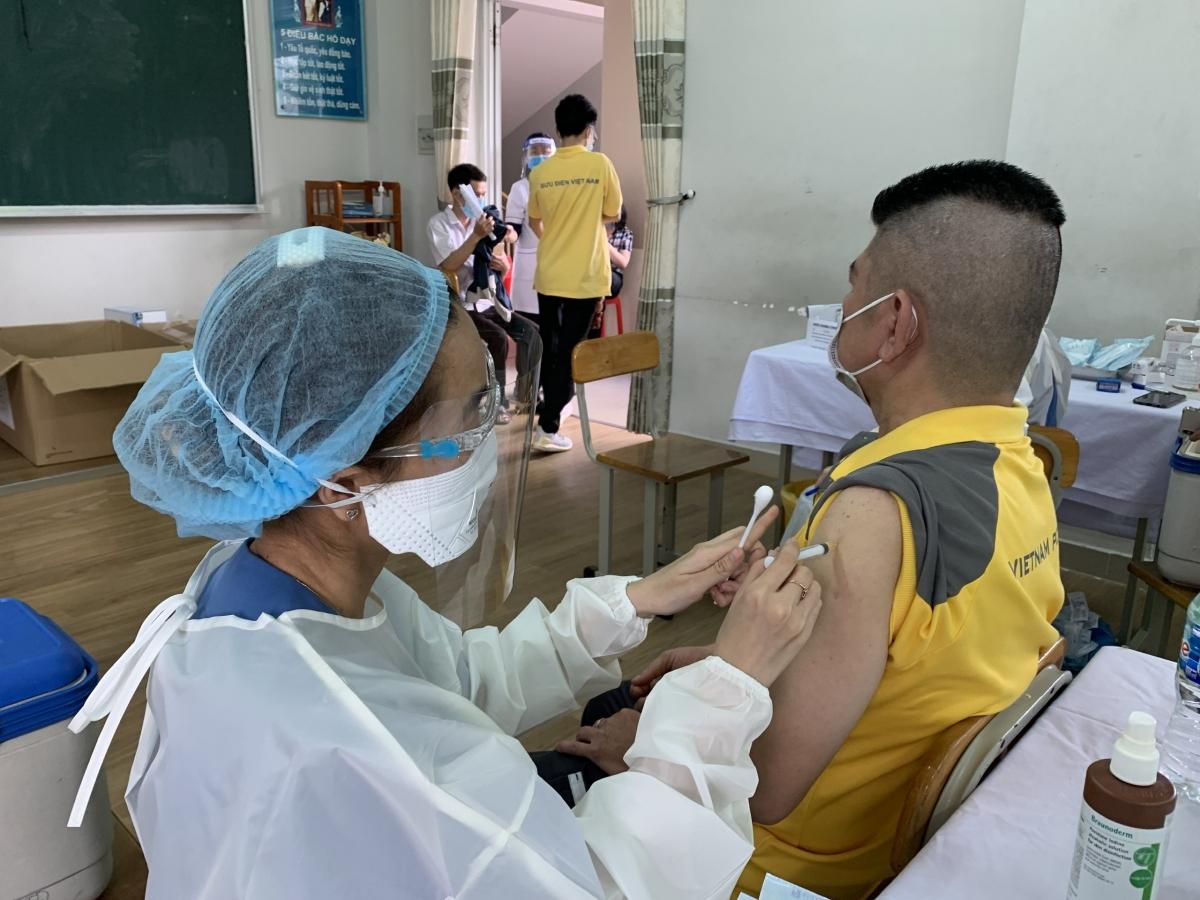 Tiêm vaccine cho nhân viên giao hàng của Bưu điện TPHCM.