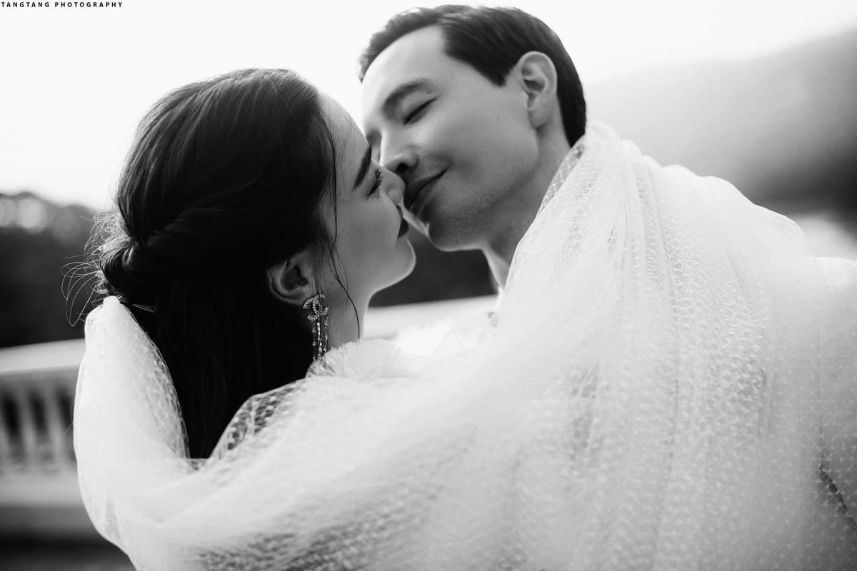 Trên trang cá nhân,Hồ Ngọc Hà, Kim Lý chia sẻ khoảnh khắc diện đồ cưới, trao nhau những lời yêu thương nhân dịp kỷ niệm 4 năm yêu nhau.