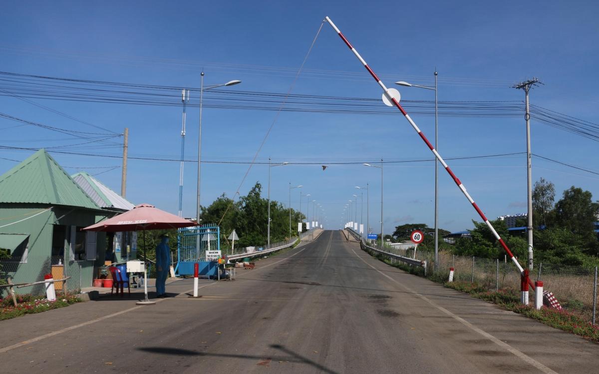 An Giang là địa phương có đường biên giới dài gần 100km tiếp giáp với Campuchia. Thời gian gần đây, mặc dù tình trạng người nhập cảnh trái phép vào Việt Nam qua khu vực biên giới Tây Nam có giảm, nhưng mỗi ngày vẫn ghi nhận hàng chục trường hợp nhập cảnh trái phép, nguy cơ dịch lây lan trong cộng đồng rất cao. Mỗi ngày địa phương này vẫn ghi nhận hàng chục trường hợp nhập cảnh trái phép; ngày 30/5, có 27 trường hợp, 1 trường hợp dương tính với COVID-19.