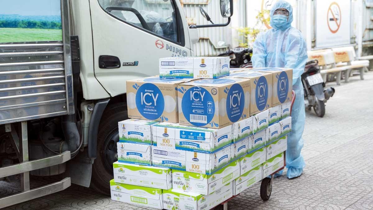48.000 sản phẩm gồm sữa tươi, nước giải khát, sữa trái cây Vinamilk đã kịp thời tiếp sức cho các cán bộ tuyến đầu TP.HCM, tổ công tác đang làm việc, lấy mẫu, xét nghiệm bất kể ngày đêm.