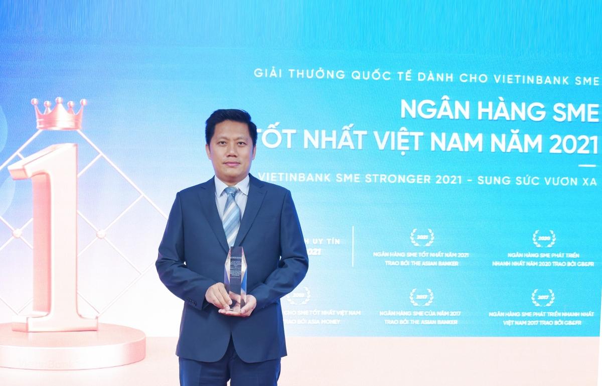 Ông Lê Duy Hải - Giám đốc Khối KHDN VietinBank đã vinh dự đón nhận Giải thưởng Ngân hàng SME tốt nhất Việt Nam 2021.