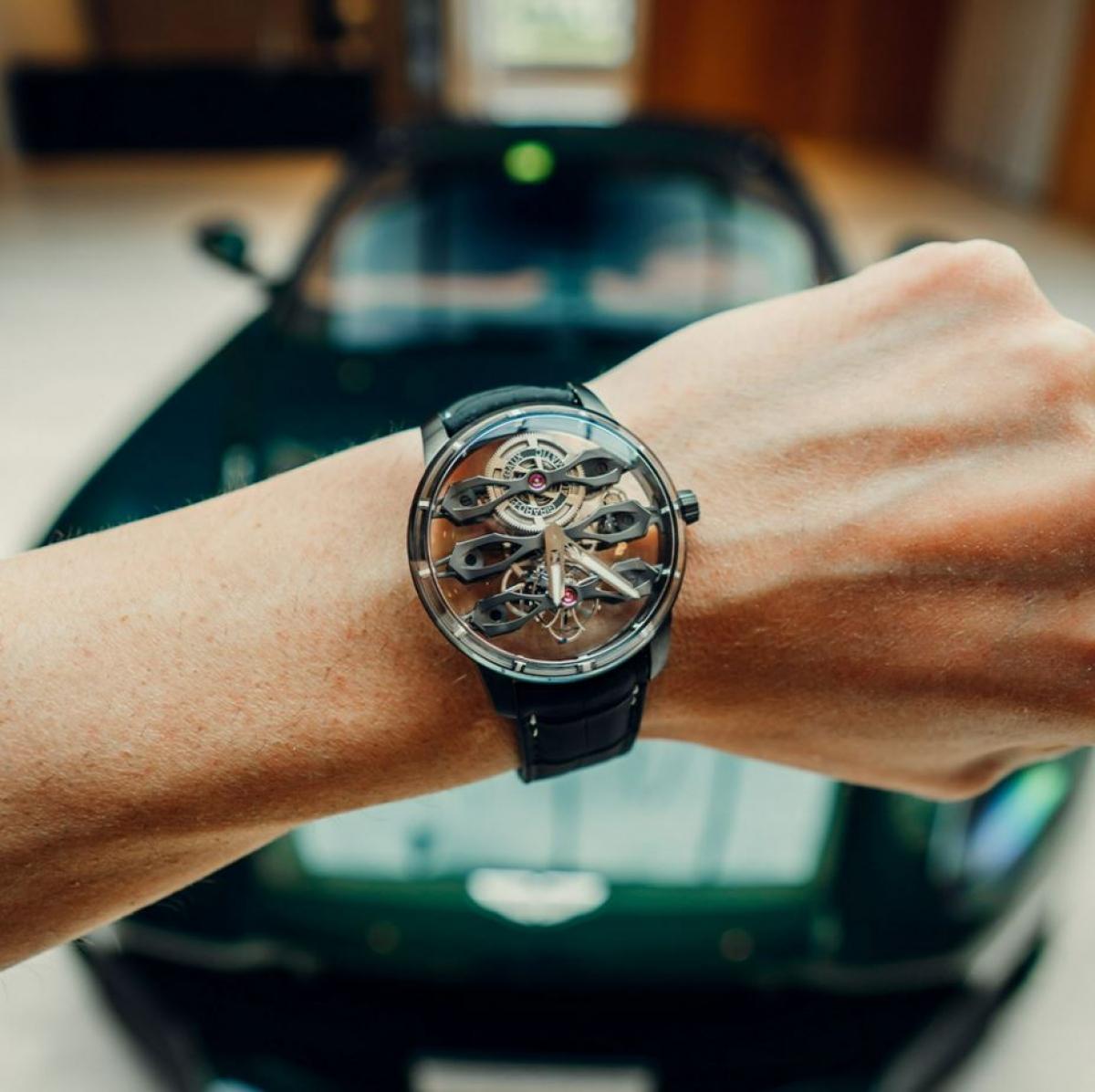 Mẫu đồng hồ này là kết quả của sự hợp tác giữa hãng xe Anh và nhà sản xuất đồng hồ Thụy Sĩ. Được chế tạo từ titan cấp 5, trang bị vỏ 44mm được làm từ dạng carbon giống kim cương.