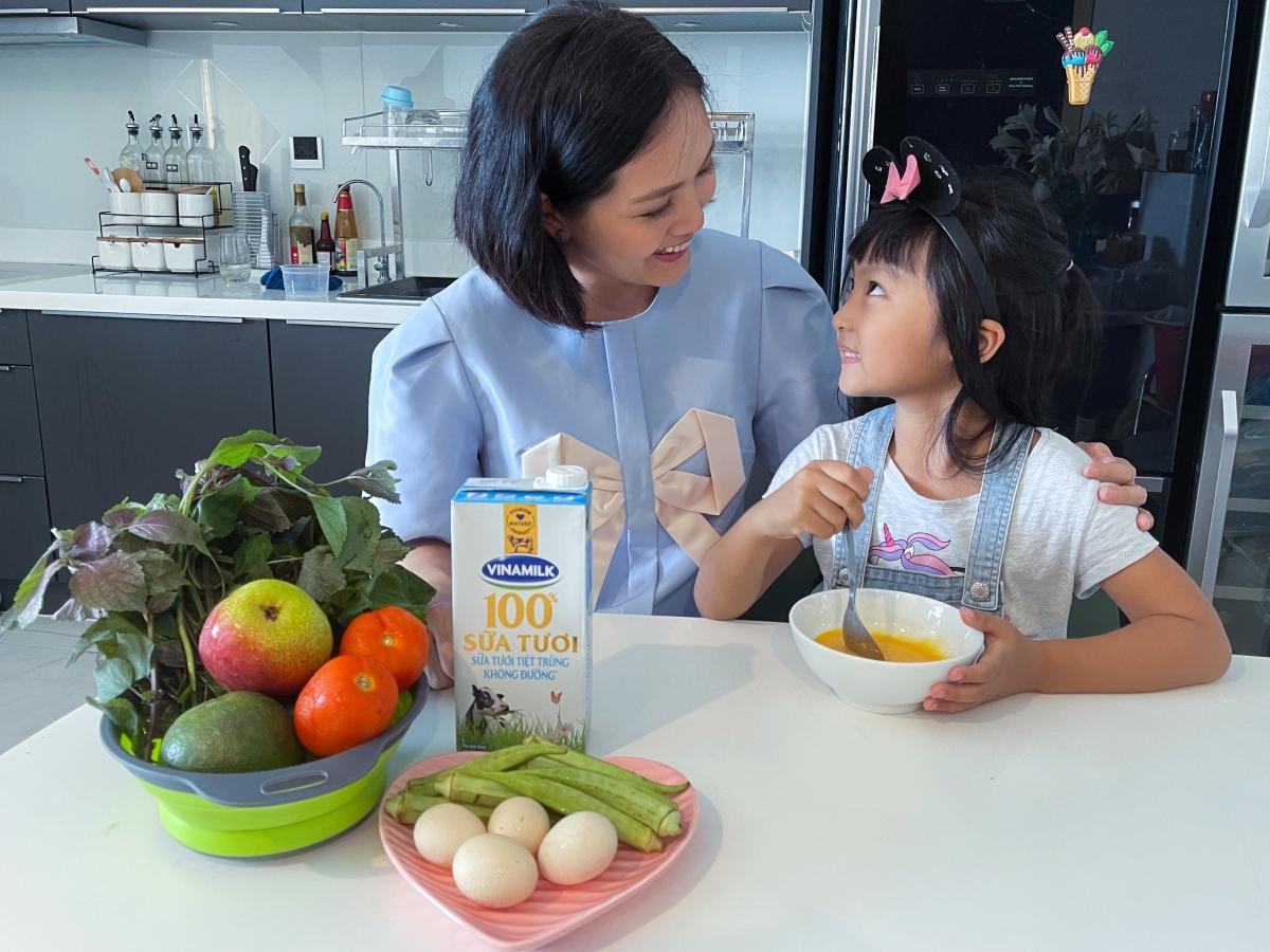 Nguồn dinh dưỡng dồi dào trong sữa tươi Vinamilk 100% hỗ trợ bé tăng cường hệ miễn dịch, nâng cao thể trạng.Vitamin C tự nhiên trong nước ép cam Vfresh sẽ giúp mẹ và bé tăng cường sức đề kháng hiệu quả chống lại các bệnh dịch.
