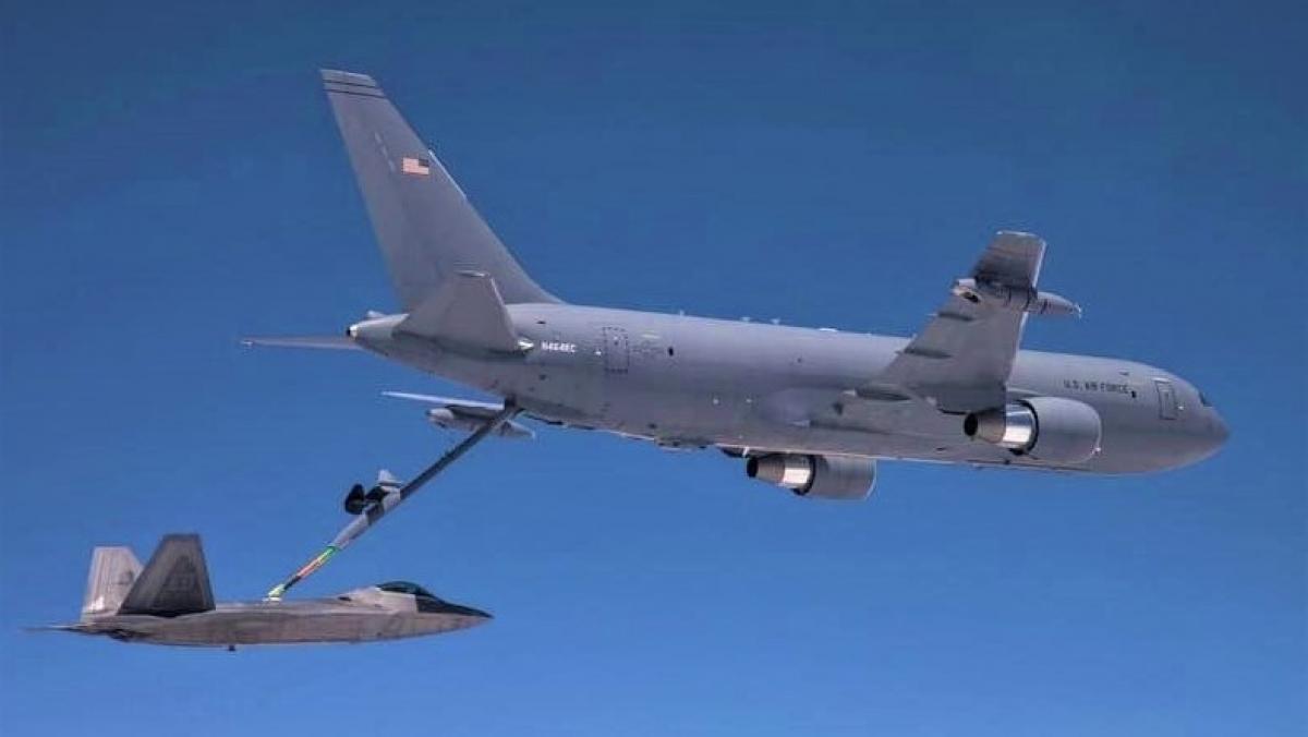 Do không tương thích kênh, các máy bay chiến đấu F-22 Raptor và F-35 Lightning phải nhờ máy bay tiếp dầu KC-46 để trao đổi thông tin chiến thuật chiến trường; Nguồn ảnh: naukatehnika.com