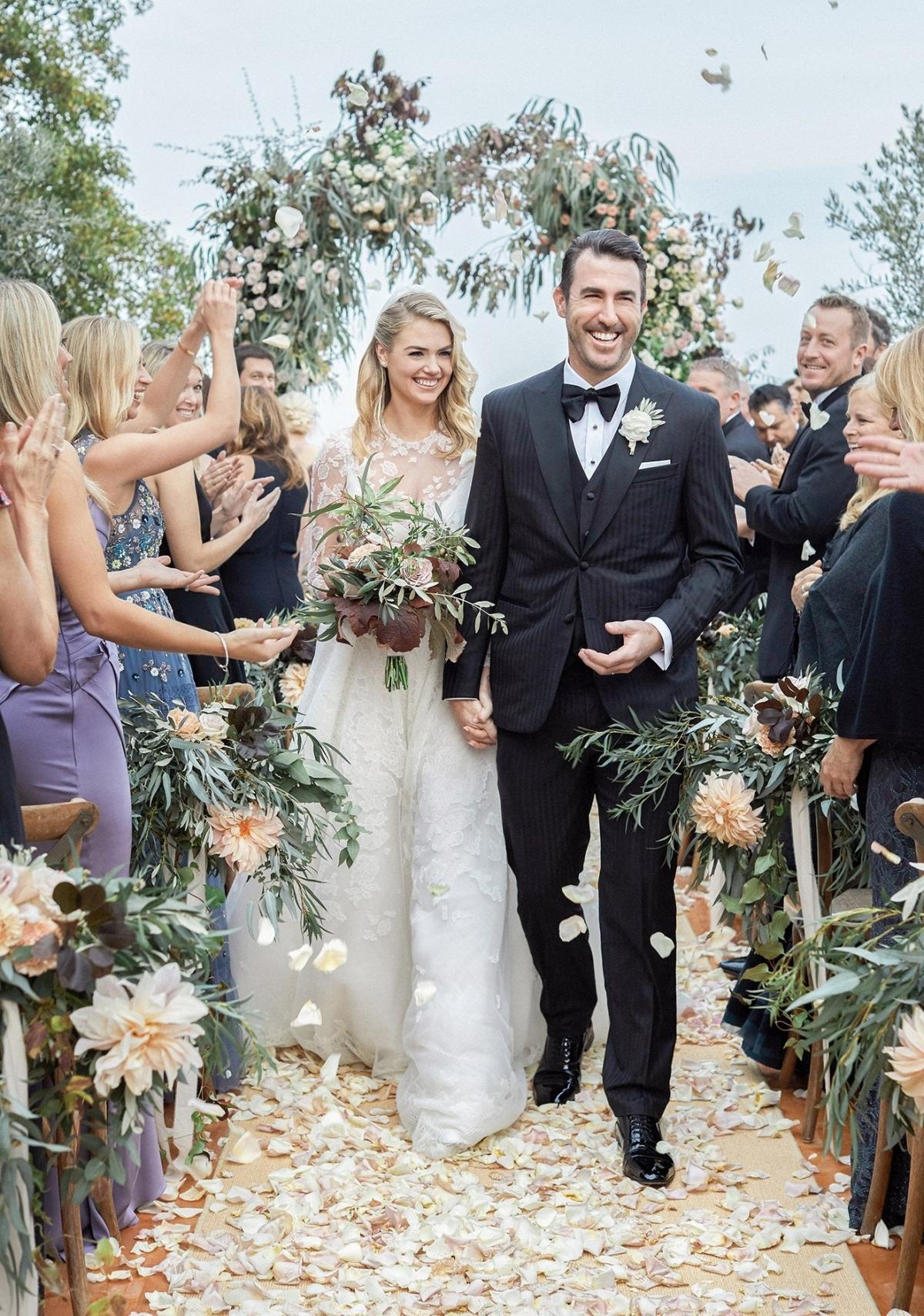 """Nàng mẫu Kate Uptonkết hôn với Justin Verlander, vận động viên ném bóng của Houston Astrostrong một đám cưới lãng mạn ở Tuscany.""""Tôi đã có một khoảng thời gian tuyệt vời để tạo ra câu chuyện thời trang cho ngày cưới của mình""""Upton chia sẻ Vogue.""""Đối với trang phục dự lễ của mình, tôi rất vui được hợp tác với đội ngũ tuyệt vời tại Valentino.Họ là những người giỏi nhất trong việc tạo ra các chi tiết và ren tinh tế, đẹp mắt, và di sản Ý của họ đã giữ cho thời trang và cảm giác chân thực cho địa điểm của chúng tôi""""."""