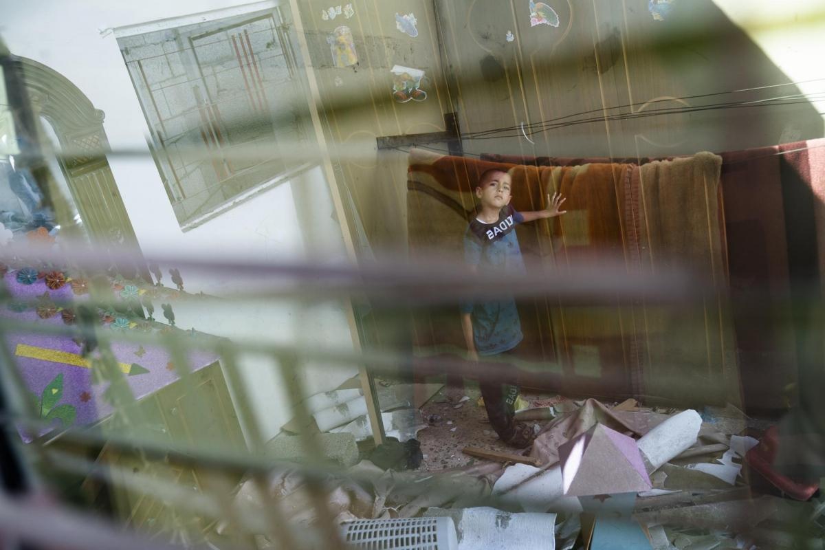 Cuộc xung đột giữa Israel-Palestine gần đây nhất đã kết thúc, nhưng những đống đổ nát do các cuộc không kích gây ra vẫn còn vương vãi trong phòng ngủ của Shrouq al-Masri, 9 tuổi và em gái 4 tuổi, Razan. Đồ chơi của các em phủ một lớp bụi xám, trần nhà bị cong và vênh, trên tường nhà đầy những vết nứt. Hai đứa trẻ đã sống sót sau cuộc không kích vào ngày 19/5, tuy nhiên, giống như nhiều trẻ em ở Gaza, chúng sẽ mang trong mình một ký ức đầy ám ảnh.