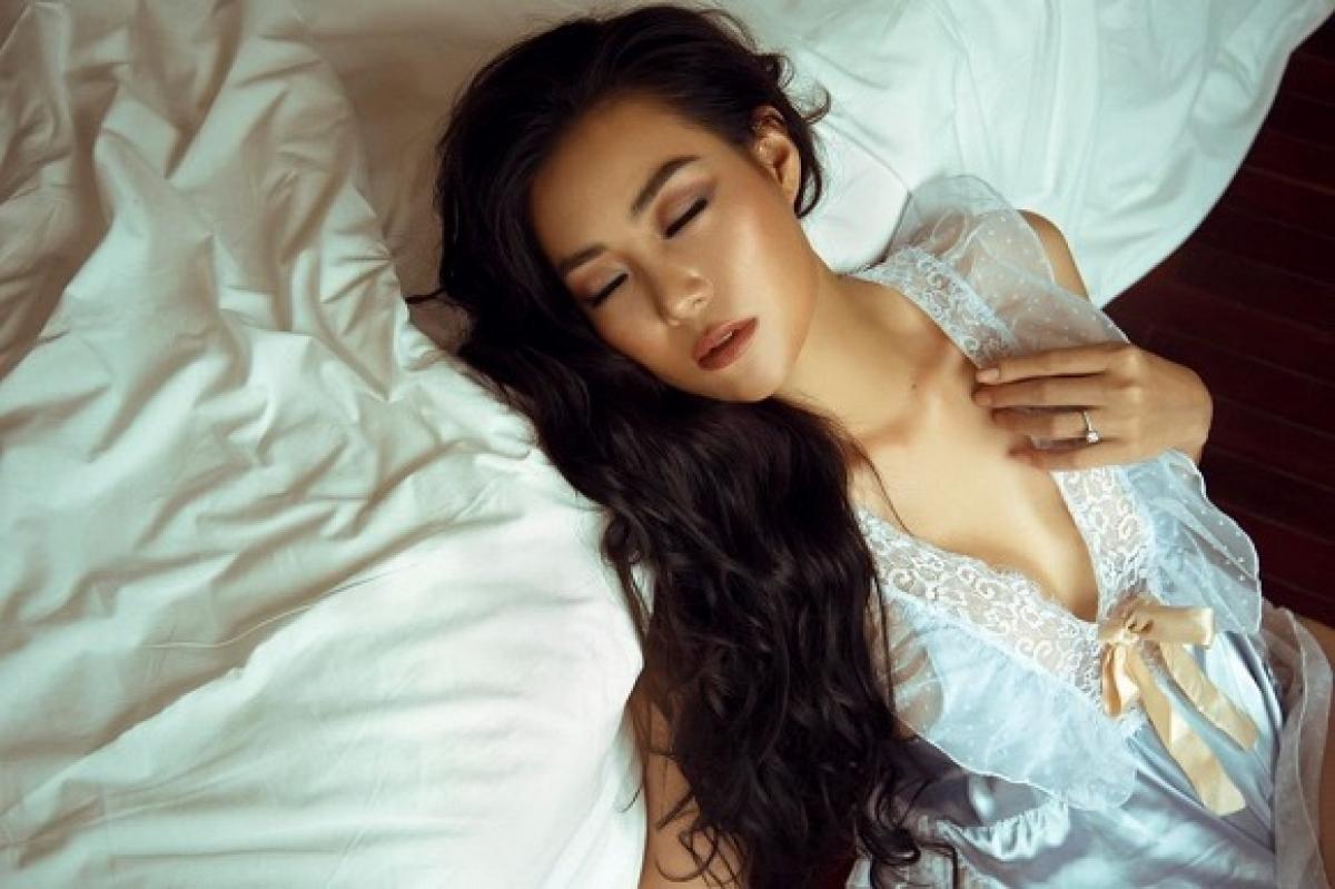 Trong bộ ảnh mới, cô khoe dáng trong bộ đồ ngủ thêu ren hững hờ.