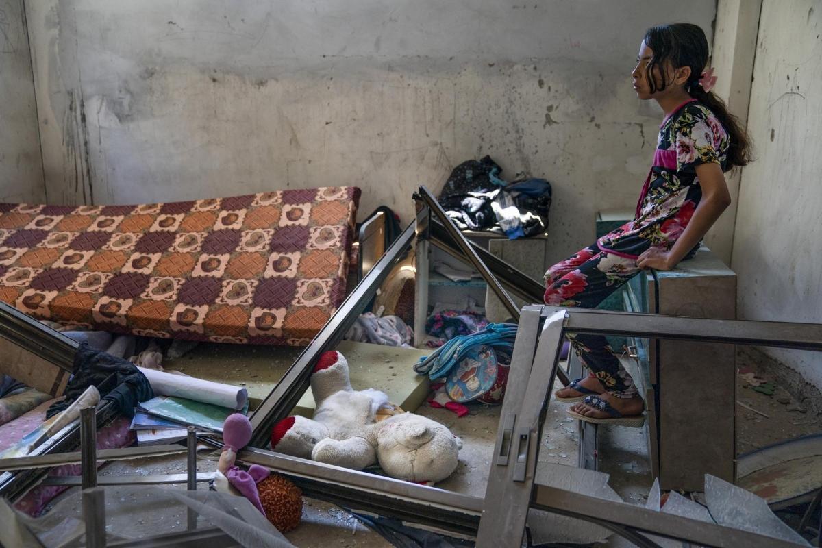Khung cảnh bừa bộn trong căn phòng ngủ của Amal Nassir, 11 tuổi, sau một cuộc không kích phá hủy tòa nhà bên cạnh.