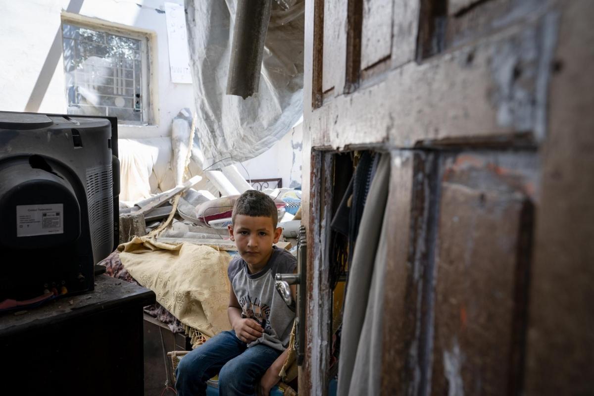 Theo AP, những người sống sót ở Gaza sau cuộc xung đột sẽ gặp nhiều khó khăn phía trước khi phải cố gắng để xây dựng lại cuộc sống. Trong ảnh:Abu Amsha, 6 tuổi, thẫn thờ ngồi trong căn phòng ngủ bị hư hại sau một cuộc không kích.