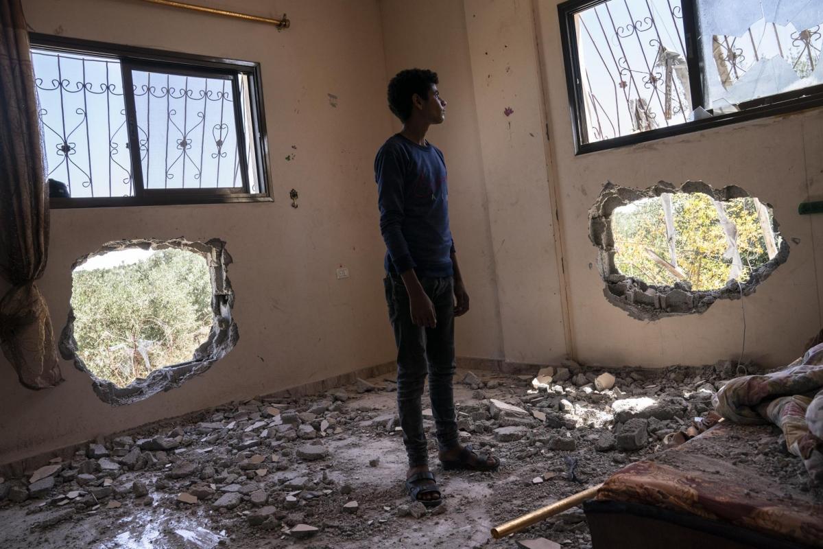 Sẽ còn rất lâu nữa những đứa trẻ ở Dải Gaza mới có thể trở về nhà. Trong ảnh:Issat Al-Masri, 18 tuổi, đứng trong căn phòng ngủ đã bị phá hủy sau cuộc nã pháo của Israel.