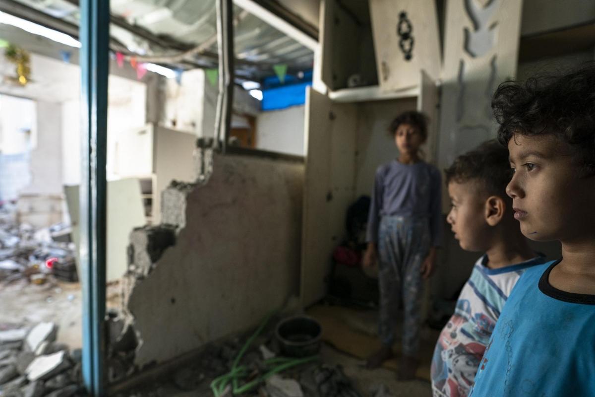 Ánh mắt buồn bã của Batul Al-Masri, 5 tuổi và các anh chị em khi nhìn thấy căn phòng ngủ đã hư hại hoàn toàn.