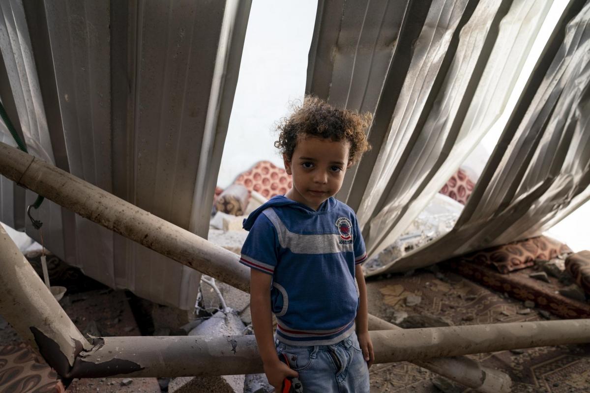 Mohammad Ismail, 4 tuổi, trong căn phòng ngủđã bị hư hại khi một cuộc không kích phá hủy một tòa nhà gần đó.
