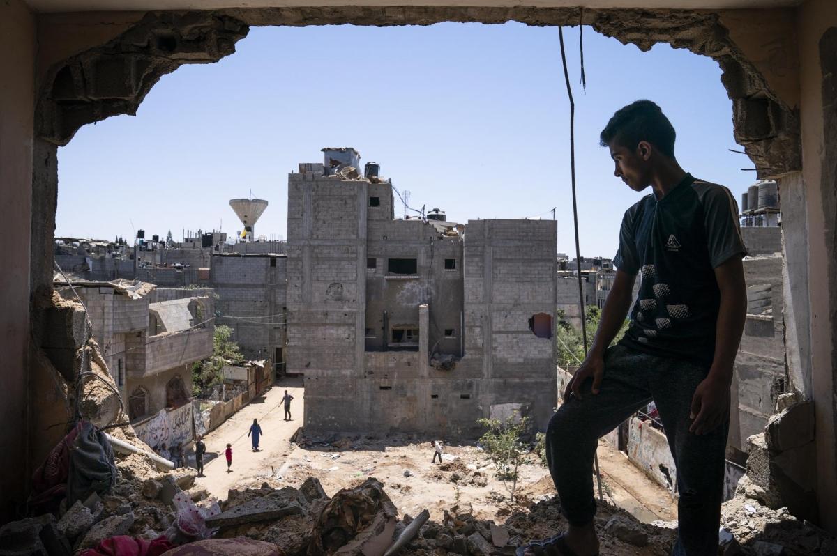 Mahmoud Al-Masri, 14 tuổi, nhìn ra khung cảnh hoang tàn tại Gaza sau cuộc xung đột Israel-Hamas, từ căn phòng ngủ đã bị phá hủy hoàn toàn của em./.