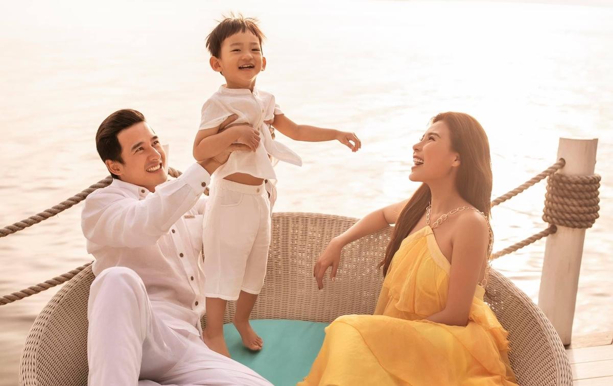 """Thuý Diễm khoeảnh gia đình hạnh phúc bên cậu con trai nhỏ Bảo Bảo. Nữ diễn viên """"Cát đỏ"""" chia sẻ: """"Với Diễm, gia đình luôn là điểm tựa mỗi khi trở về sau những ngày lao động không ngừng nghỉ""""."""