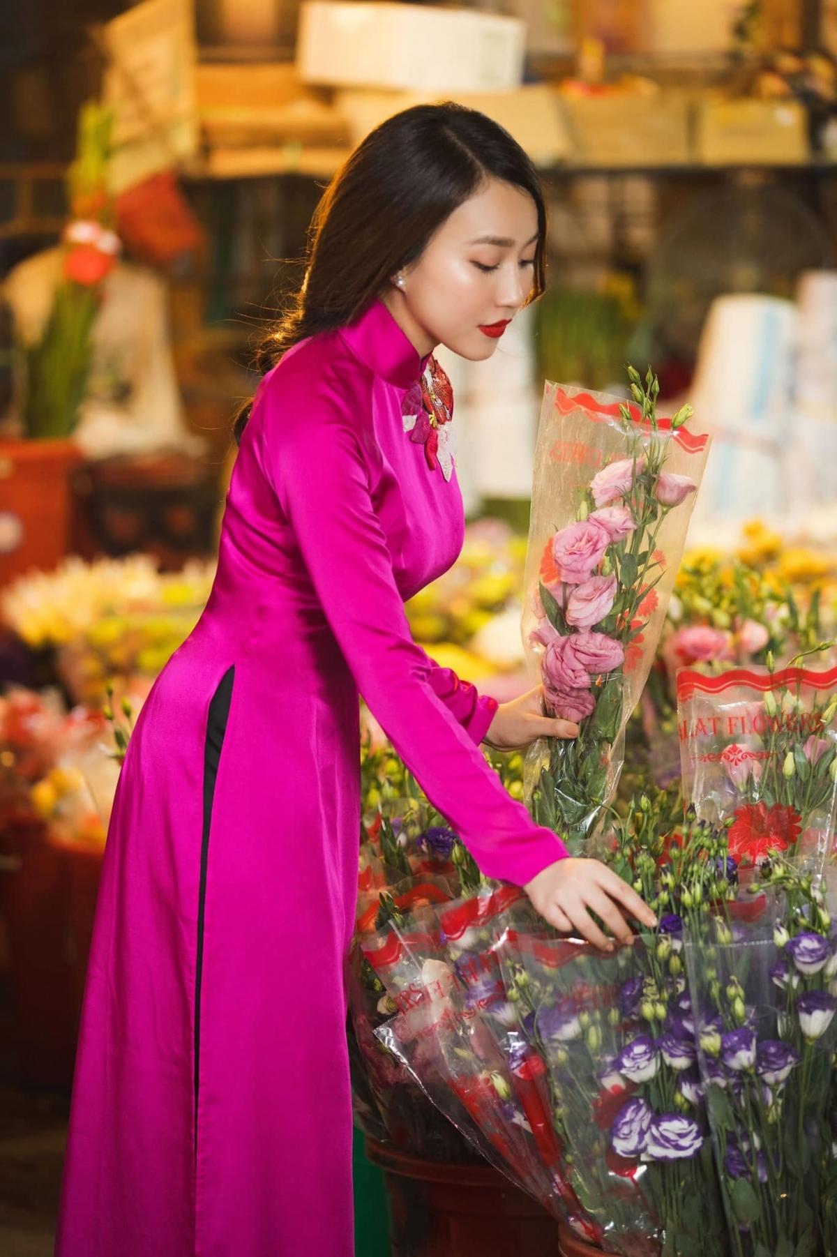 """Diễn viên Hồng Loan diện áo dài hồng thắm, tự tay lựa chọn từng bông hoa. Cô viết: """"Lại một cái Tết đã đến, Tết Đoan Ngọ. Chúc cả nhà nghỉ Tết vui vẻ"""". """