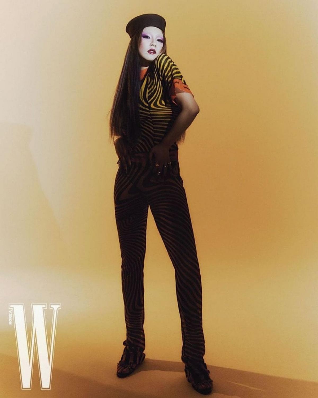 Vốn được biết đến với hình tượng cá tính, CL tiếp tục thể hiện nét quyến rũ của bản thân.