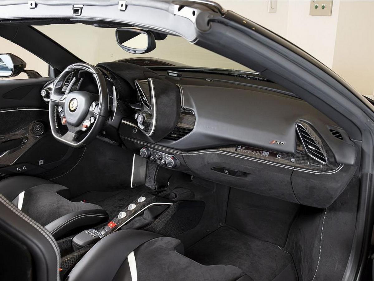 Vật liệu sợi carbon cũng được sử dụng rộng rãi để trang trí cửa xe, ghế ngồi cũng như bảng táp-lô.