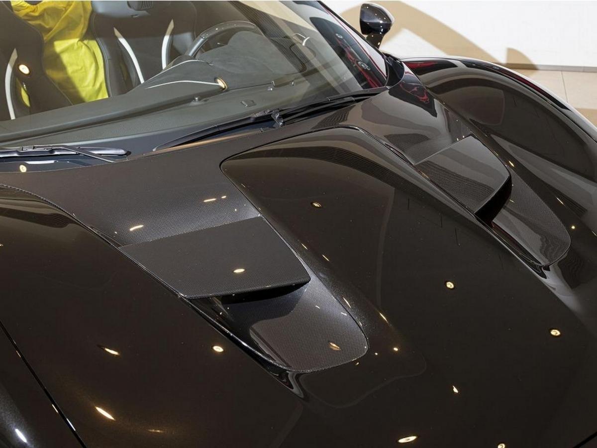 Ferrari dành riêng cho J50 phần thân xe hoàn toàn mới, phỏng theo kiểu dáng của các dòng xe barchetta chuyên chạy track của người Ý hồi những năm 1940.